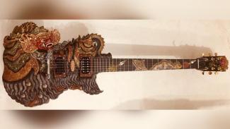 Gitar karya I Wayan Tuges, Barong Blueberry Electric Guitar yang tampil dalam roadshow Bali Teksu Legacy di dua negara Eropa, Belanda dan Jerman.(foto: istimewa)