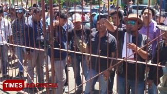 Aksi unjuk rasa tentang persoalan harga tembakau di Pamekasan yang dilakukan oleh Jaka Jatim Pamekasan dan Ikred beberapa waktu lalu di depan kantor Bupati Pamekasan. (Foto: Putera Khafi/TIMES Indonesia)