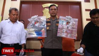 Kapolres Ngawi menunjukkan barang bukti pemerasan melalui media sosial (Foto: Ardian Febri Tri H/TIMES Indonesia)