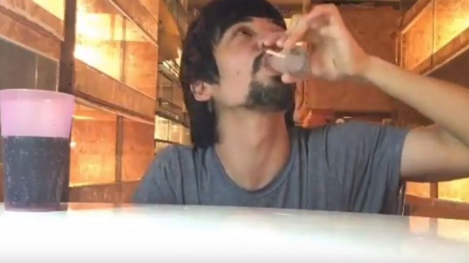 Pria minum oplosan racun ular berbisa.