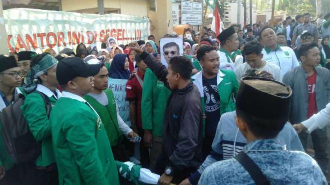 Ribuan kader Nahdlatul Wathan (NW) Anjani tolak NW pimpinan TGB.