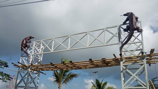 Proses pemasangan replika Komodo Raksasa di pintu selamat datang labuhan bajo, Flores, Nusa Tenggara Timur.