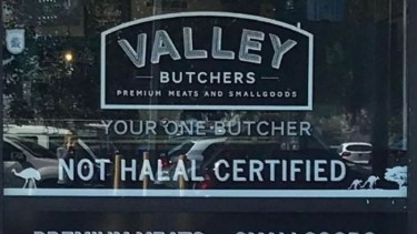 https://thumb.viva.co.id/media/frontend/thumbs3/2019/09/18/5d82222b6a7d8-pasang-tulisan-bersertifikat-non-halal-toko-daging-di-australia-diprotes_375_211.jpg