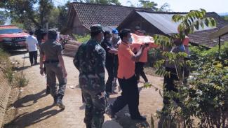 Jenazah nenek Bunadi Maryami ketika dievakuasi oleh warga. (FOTO: Istimewa)