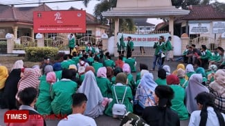 Ribuan jamaah NW menyegel kantor Kemenkumham NTB. (FOTO: Pauzan Basri/TIMES Indonesia)