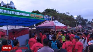 Suasan pasca kericuhan di turnamen sepak bola All Star Cup Genteng. (FOTO: Erwin Wahyudi/TIMES Indonesia)