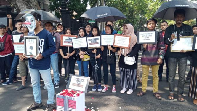Massa aksi dari Aliansi Masyarakat Anti Korupsi (AMAK) di depan Kantor DRPD Kota Malang. (Foto: Istimewa)
