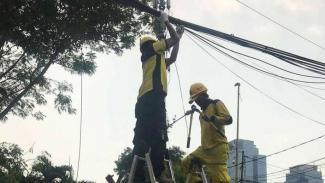 Pemotongan kabel utilitas udara di Jakarta