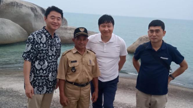 Pemerintah Desa Cemaga Tengah bersama tamu dari Korea di Pantai Batu Kasah.