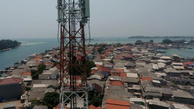 Petugas Melakukan Perawatan Tower Telekomunikasi Milik Tower Bersama di Kepulauan Seribu