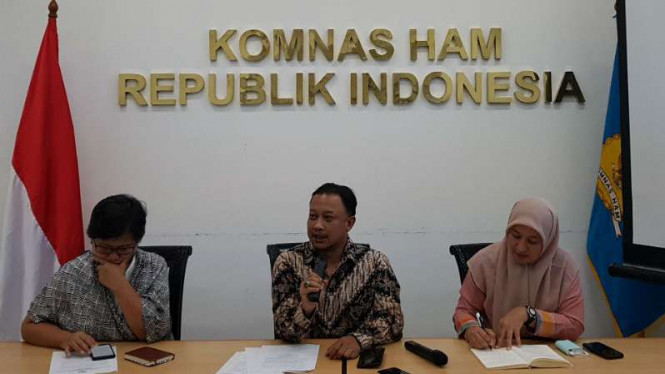 Komisioner Komnas HAM Choirul Anam (tengah)