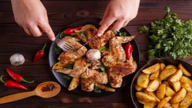 Makan daging ayam