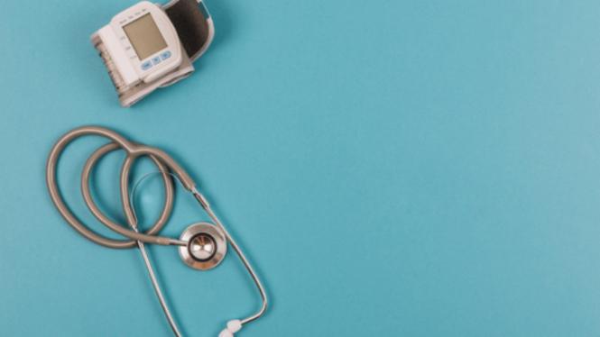 Ilustrasi mengukur tekanan darah.