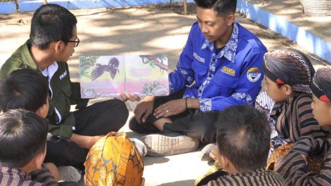 Pelajar di Yogyakarta mengenakan pakaian adat.