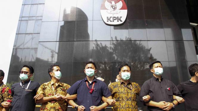 Pegawai KPK dalam melakukan aksi