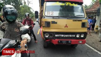 Truk yang menabrak korban (Foto : Rizki Alfian/TIMESIndonesia)