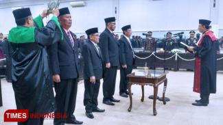 Pengambilan Sumpah Ketua DPRD Bondowoso beserta wakilnya di Gedung DPRD setempat. (FOTO: Moh Bahri/TIMES Indonesia).