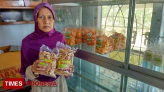 Siti Masitoh saat menunjukkan Opak Gambir di tempat usahanya, Jumat (20/9/2019). (Foto: Sholeh/TIMES Indonesia)