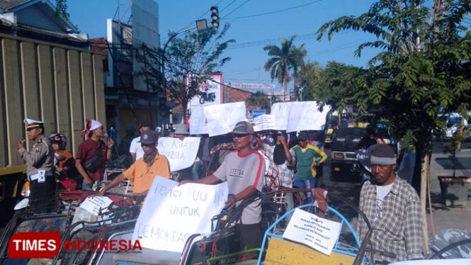 Aksi solidaritas dari komunitas pemuda anti korupsi dukung revisi UU KPK di Pamekasan. (Foto: Akhmad Syafi