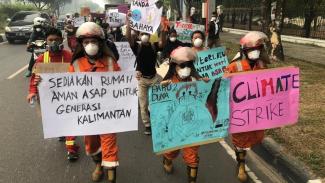 Mahasiswa turun ke jalan memprotes asap beracun yang mereka hirup karena kebakaran hutan. - BBC