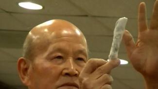 Zhou Ting-Jue sedang mempraktekkan kesaktiannya