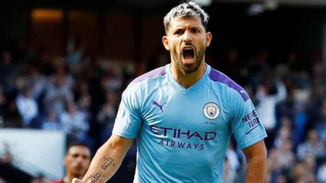 Striker Manchester City, Sergio Aguero rayakan gol.