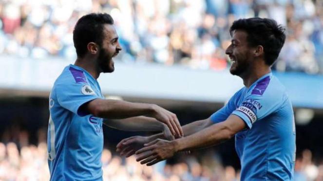 Pemain Manchester City, Bernardo Silva (kiri) dan David Silva rayakan gol.