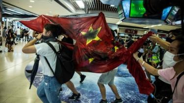 https://thumb.viva.co.id/media/frontend/thumbs3/2019/09/23/5d882be03e424-demonstrasi-hong-kong-bendera-china-dilecehkan-dan-pusat-perbelanjaan-dirusak-dalam-unjuk-rasa-terbaru_375_211.jpg
