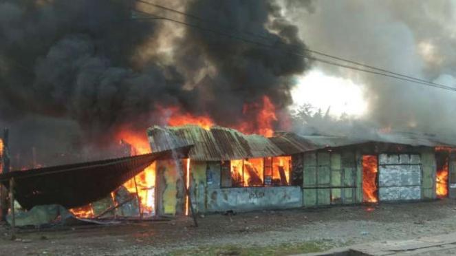 Asap hitam dari aksi pembakaran terlihat dalam kerusuhan di Wamena, Papua (23 September 2019)