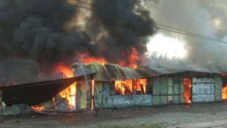 Asap hitam dari aksi pembakaran terlihat di Wamena, Papua