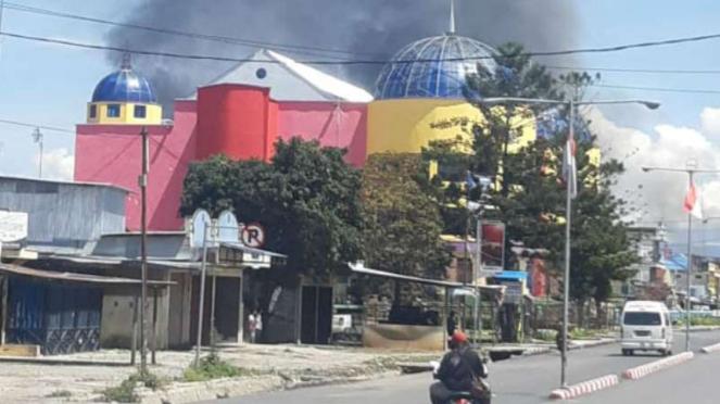 Bangunan dibakar massa saat terjadi kerusuhan di Wamena, Papua.