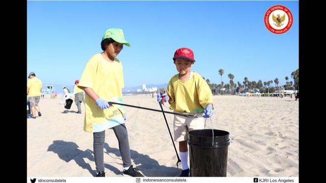 Masyarakat/Diaspora Indonesia Bersihkan Pantai Santa Monica.
