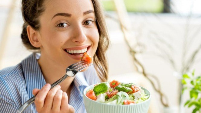 Ilustrasi wanita sedang makan.