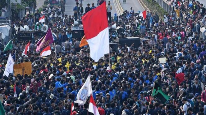 Mahasiswa dari sejumlah elemen mahasiswa Jabodetabek demo di depan Gedung DPR