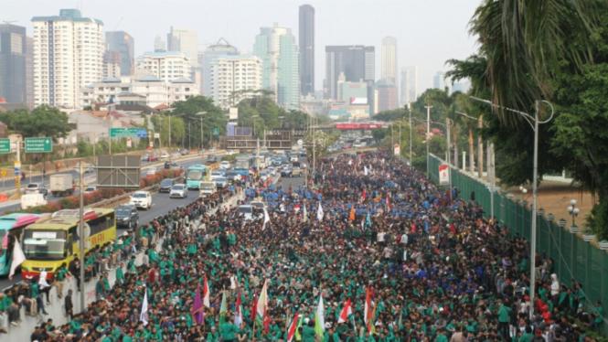 Aksi Mahasiswa Tolak RKUHP di Depan DPR MPR