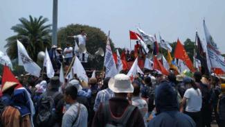 Demo mahasiswa di depan Istana Negara.