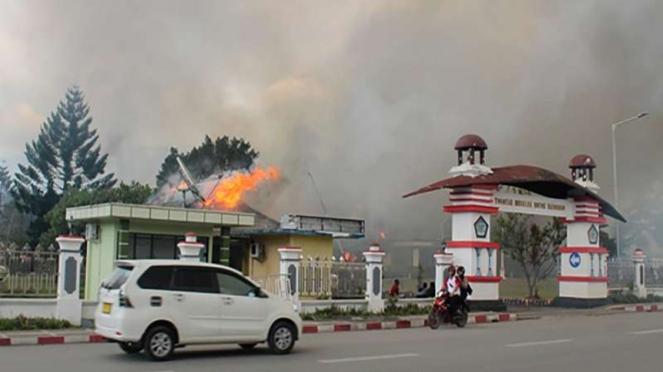 Kantor Bupati Jayawijaya terbakar saat aksi unjuk rasa di Wamena.
