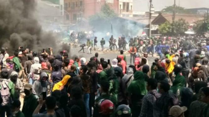 Mahasiswa bentrok dengan aparat di Makassar, Selasa, 24 September 2019