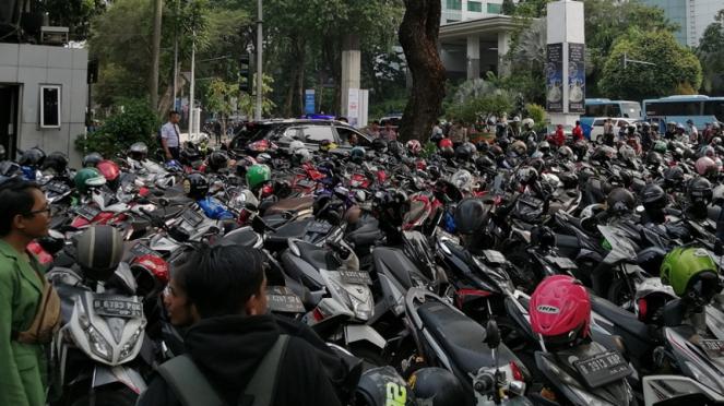 Mobil Plt Menpora, Hanif Dhakiri hendak meninggalkan kantor Kemenpora
