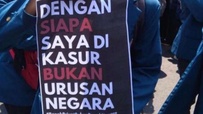Poster yang dibawa mahasiswa untuk menolak RKUHP.