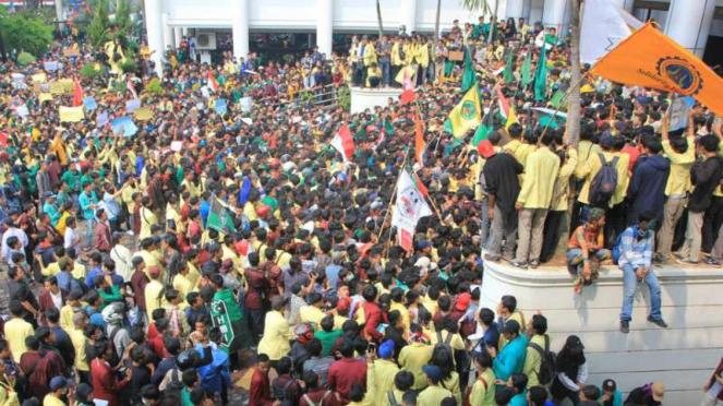 Aksi unjuk rasa ribuan mahasiswa dari berbagai universitas di Sumatera Barat, Ra