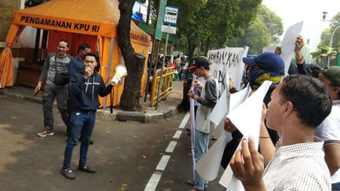 Pendukung dan tim pemenangan Yusid Toyib menggelar unjuk rasa.