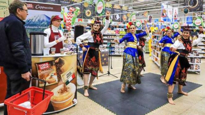 Pentas Tari khas Indonesia di suatu pusat perbelanjaan di Moskow Rusia