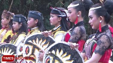 https://thumb.viva.co.id/media/frontend/thumbs3/2019/09/26/5d8c60cc7d2df-kunjungi-gunung-bromo-pekan-ini-jangan-lewatkan-festival-jathilan_375_211.jpg