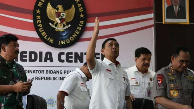 Menko Polhukam Wiranto (ketiga kanan) didampingi Panglima TNI Marsekal Hadi Tjahjanto (kiri) dan Kapolri Jenderal Pol Tito Karnavian (kanan) usai memberikan keterangan pers di Kemenko Polhukam, Jakarta, Selasa (24/9/2019).