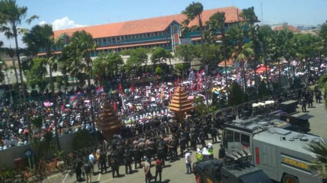 Ribuan mahasiswa dari banyak kampus dan elemen masyarakat lain berdemonstrasi di depan gedung DPRD Jawa Timur di Surabaya pada Kamis, 26 September 2019.