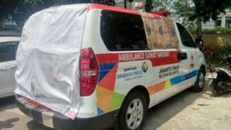 Ambulans milik PMI Jakarta Timur yang rusak karena diduga membawa batu