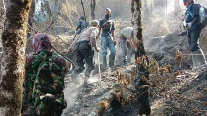 Petugas gabungan menjinakkan api di Gunung Sumbing di Kabupaten Temanggung, Jawa Tengah, dengan cara manual Kamis, 26 September 2019.