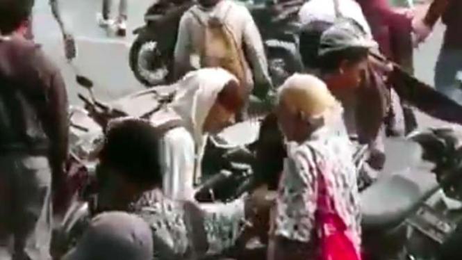 Anak sekolah cium tangan seorang kakek sebelum berangkat demo