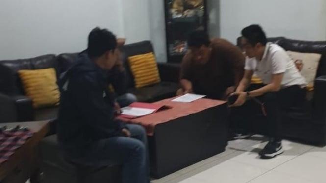 Penangkapan wartawan senior Dandhy Laksono di rumahnya, Pondokgede Bekasi, Kamis malam 26 September 2019.
